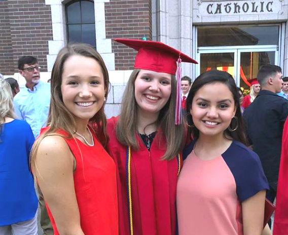 Flyvende hatte og flagrende kjoler – Amalies EF High School Graduation